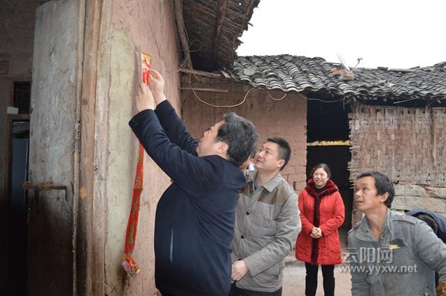 黄石镇杨柳村十五组的曾令全患慢性肾病综合症,其妻患有脑膜炎后遗