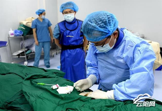 县人民医院成功开展了全脑血管造影及介入诊疗手术