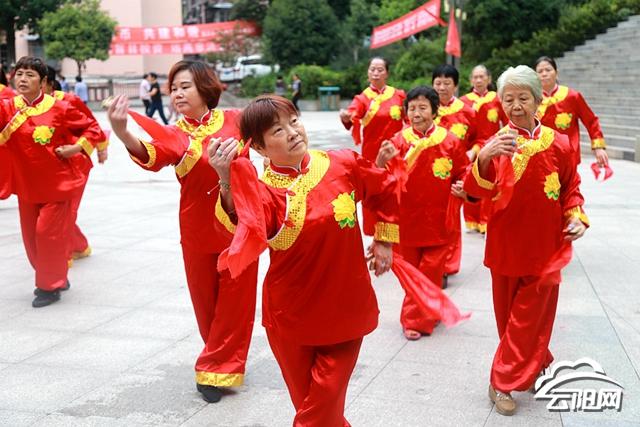 """""""接下来,人和街道这支快板舞表演队将走进辖区内的村(社)演出."""